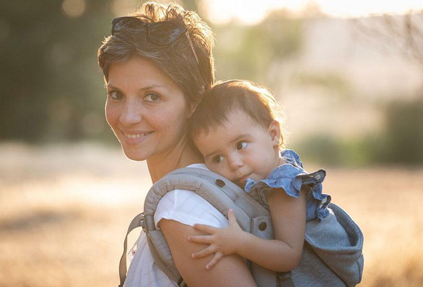 mamma con bambina dentro il marsupio
